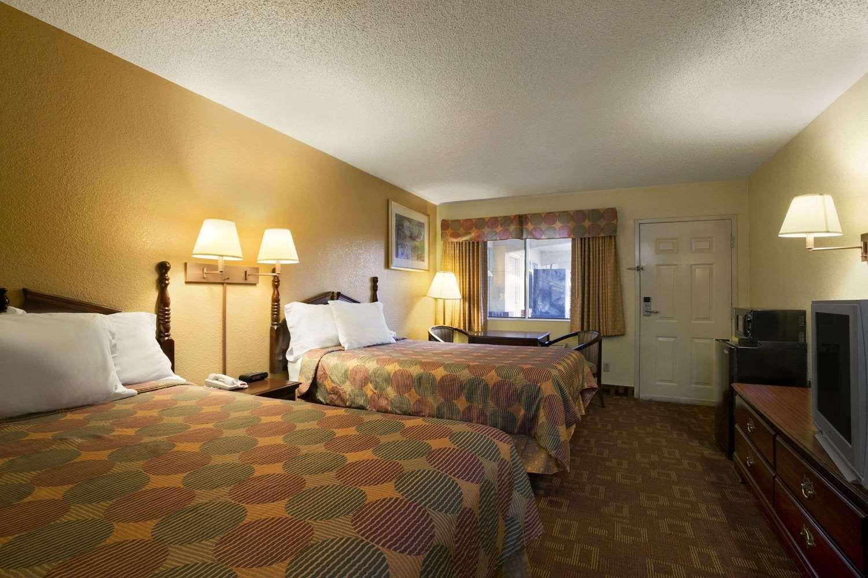 Room - Days Inn East Nashville