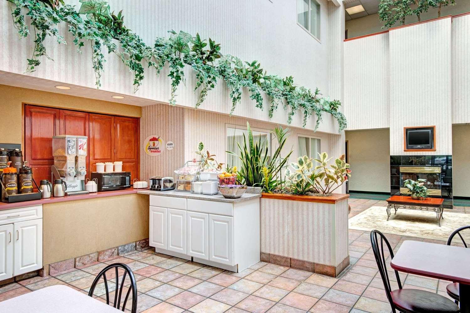 Restaurant - Super 8 Hotel Brockton