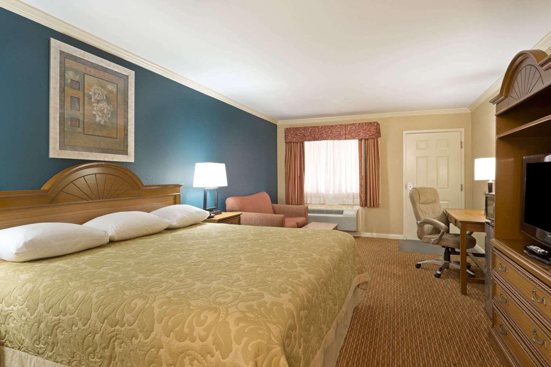 Room - Super 8 Hotel Covington