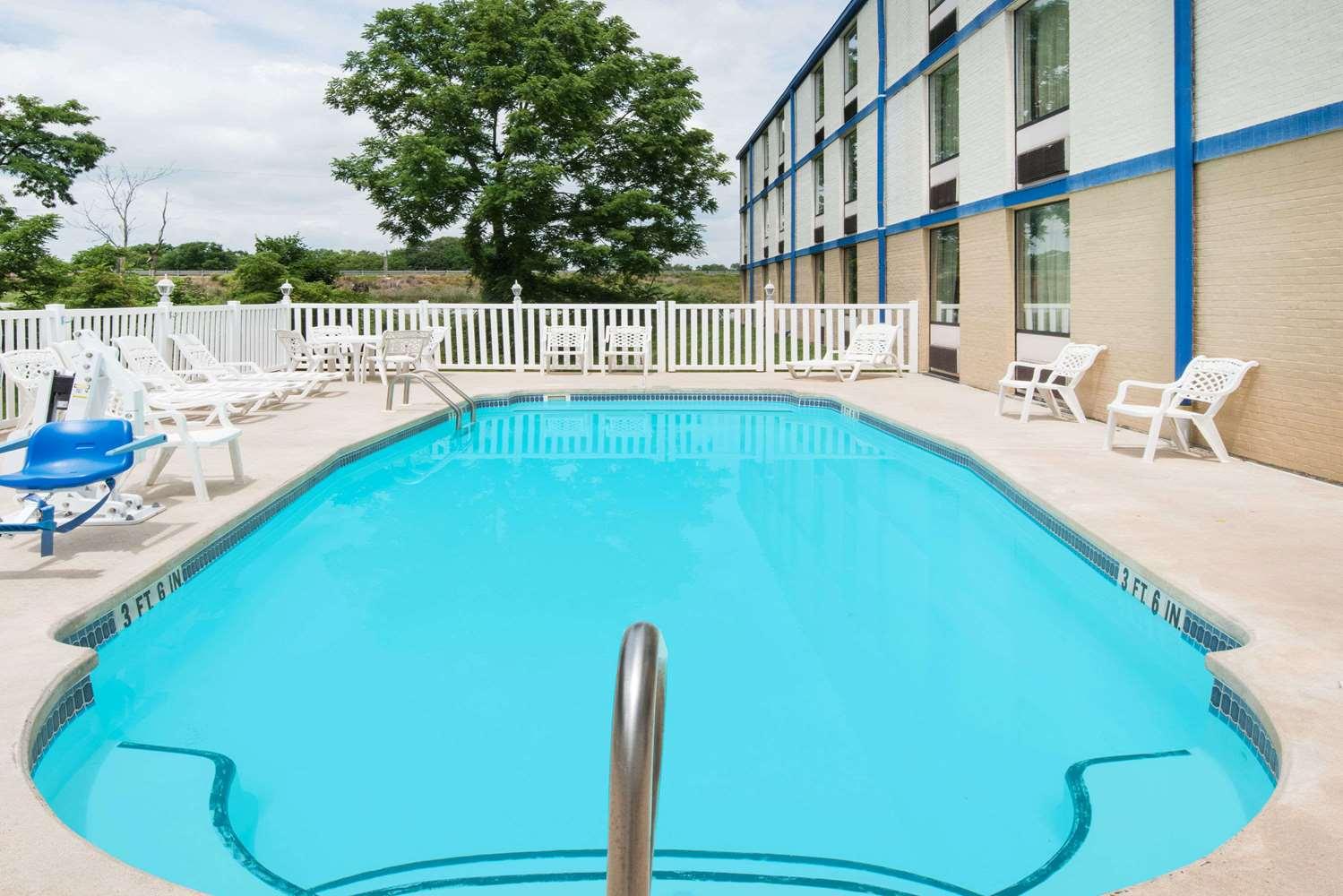 Pool - Days Inn Chambersburg