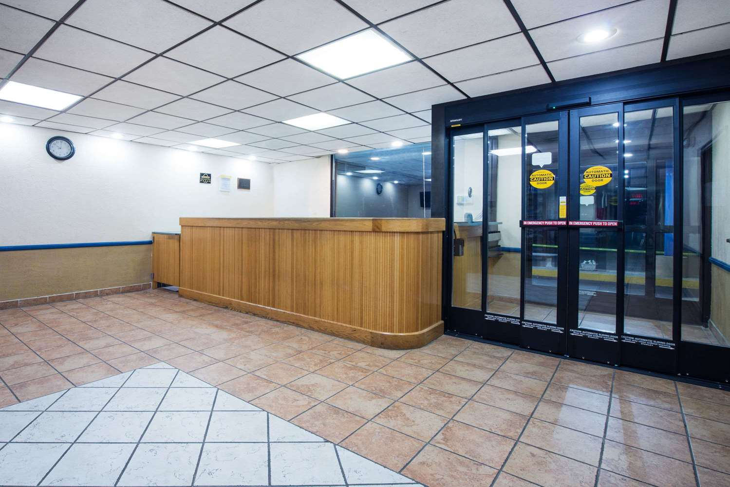 Lobby - Days Inn Chambersburg