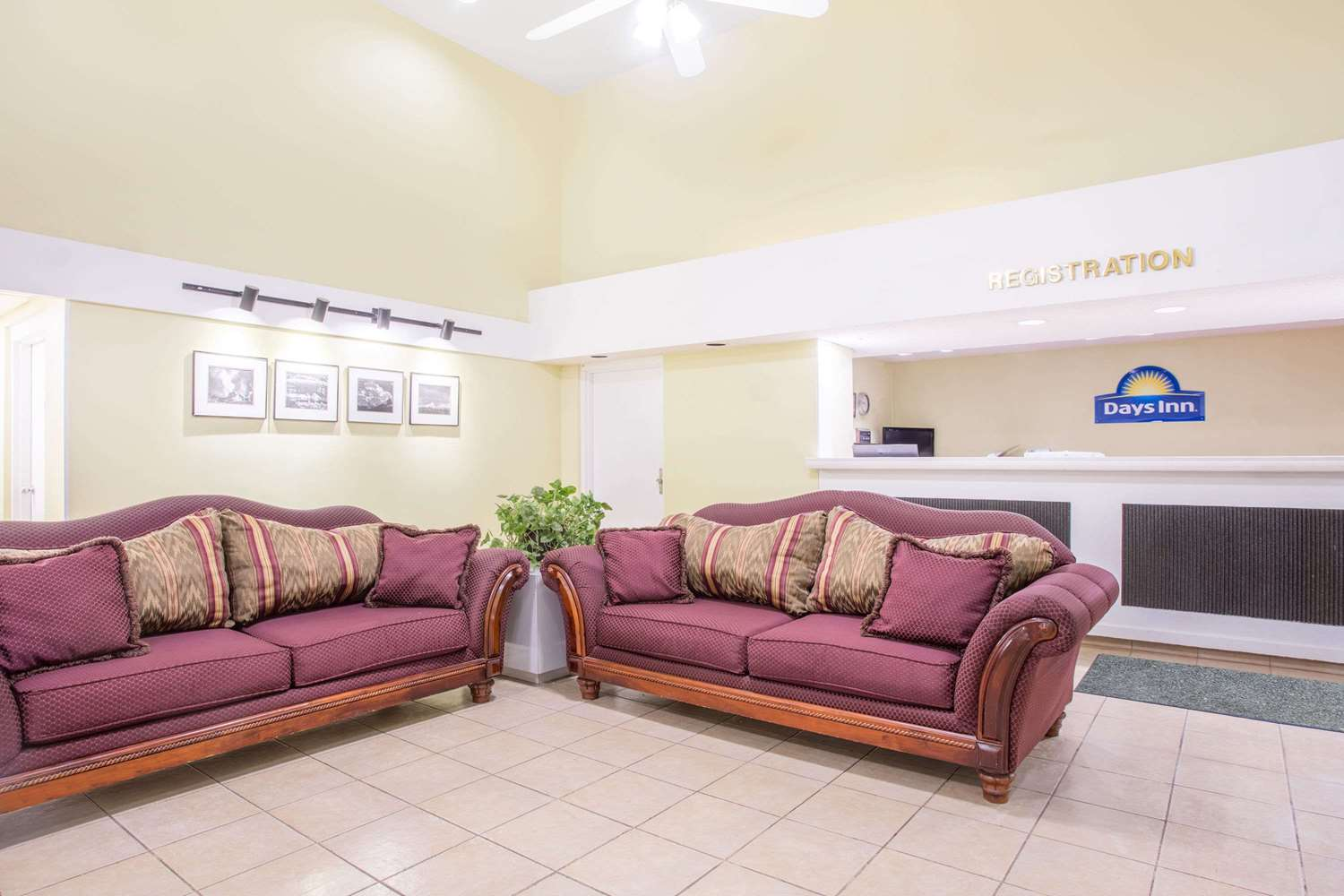 Lobby - Days Inn Waccamaw Spartanburg