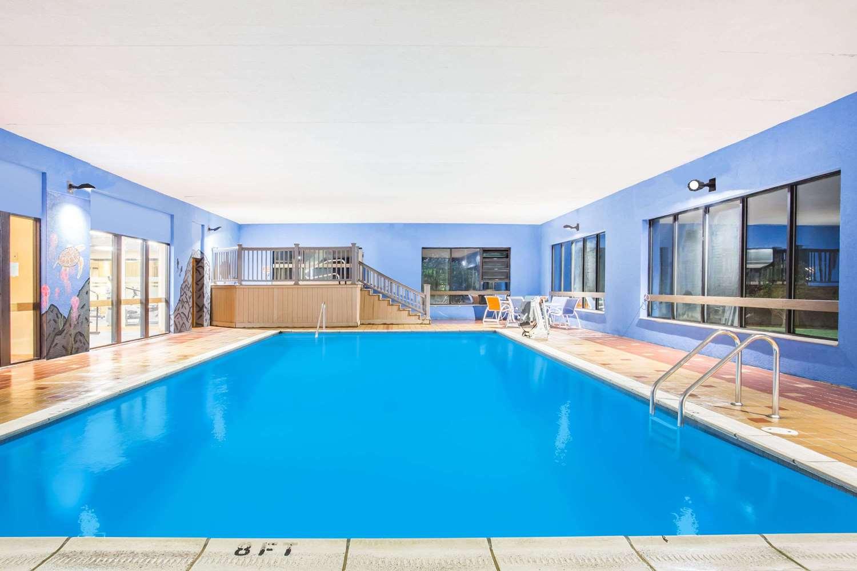 Pool Days Inn Sutton