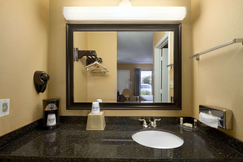 Room - Days Inn & Suites Duncan