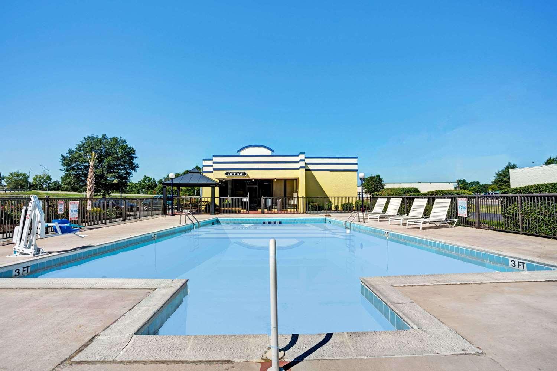 Pool - Days Inn Military Circle Norfolk