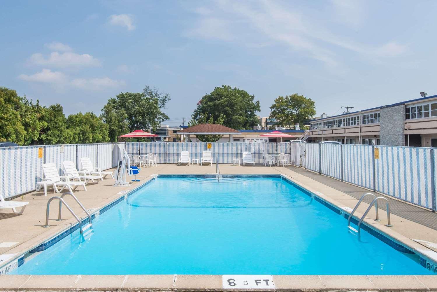 Pool - Days Inn Hicksville