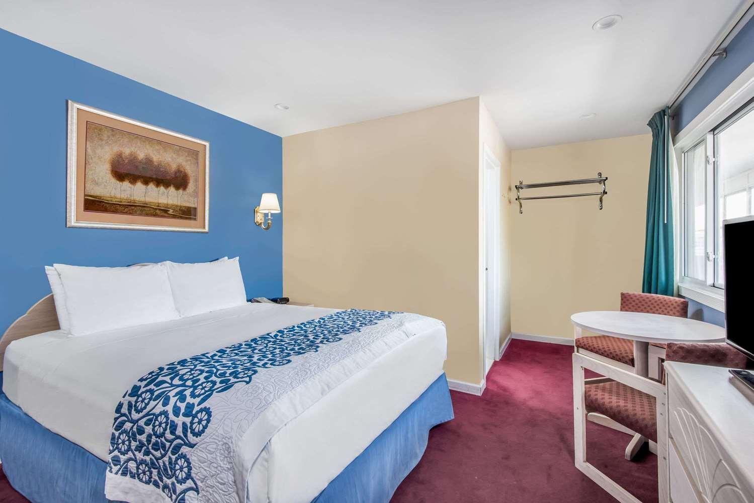 Room - Days Inn Hicksville
