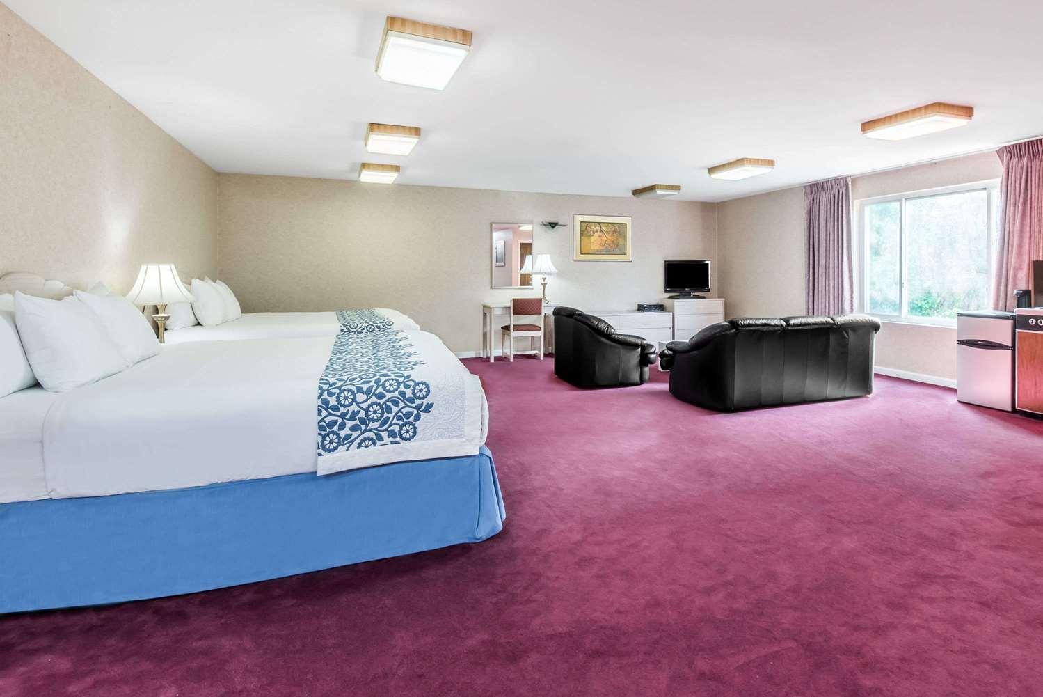 Suite - Days Inn Hicksville