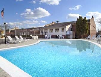 Pool - Days Inn Lewisburg