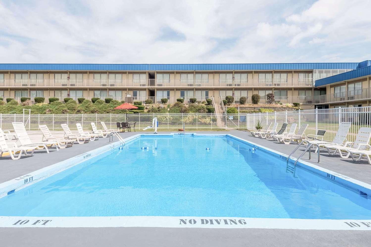 Pool - Days Inn St Clairsville