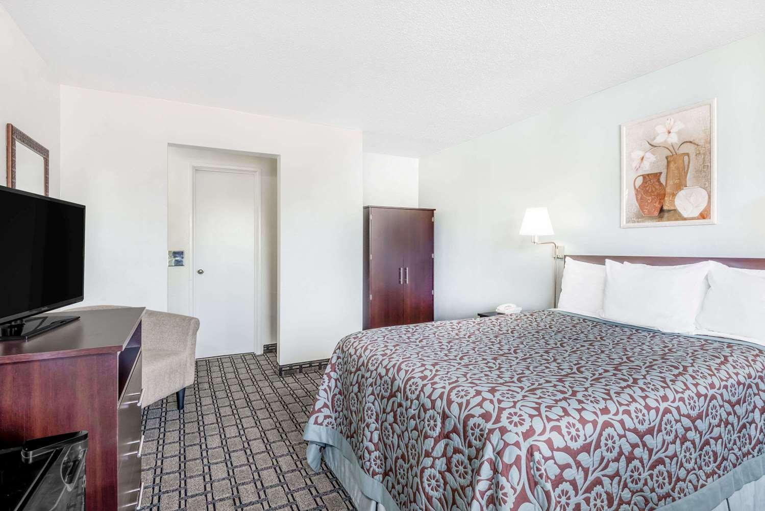 Room - Days Inn St Clairsville