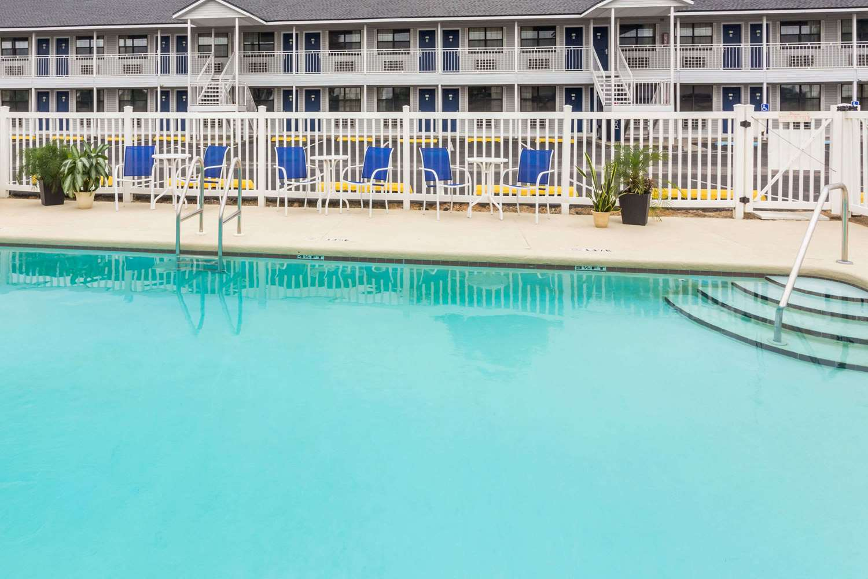 Pool Days Inn Madison