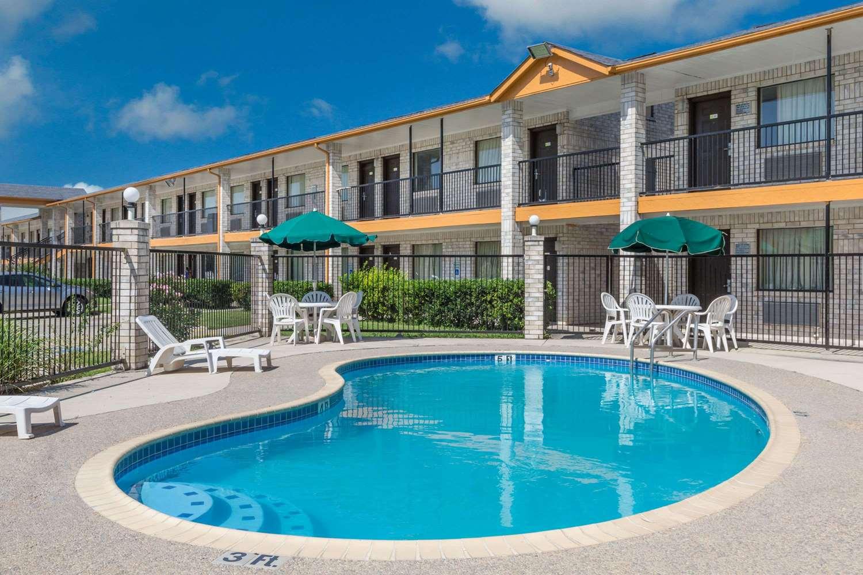 Pool - Days Inn Windcrest San Antonio