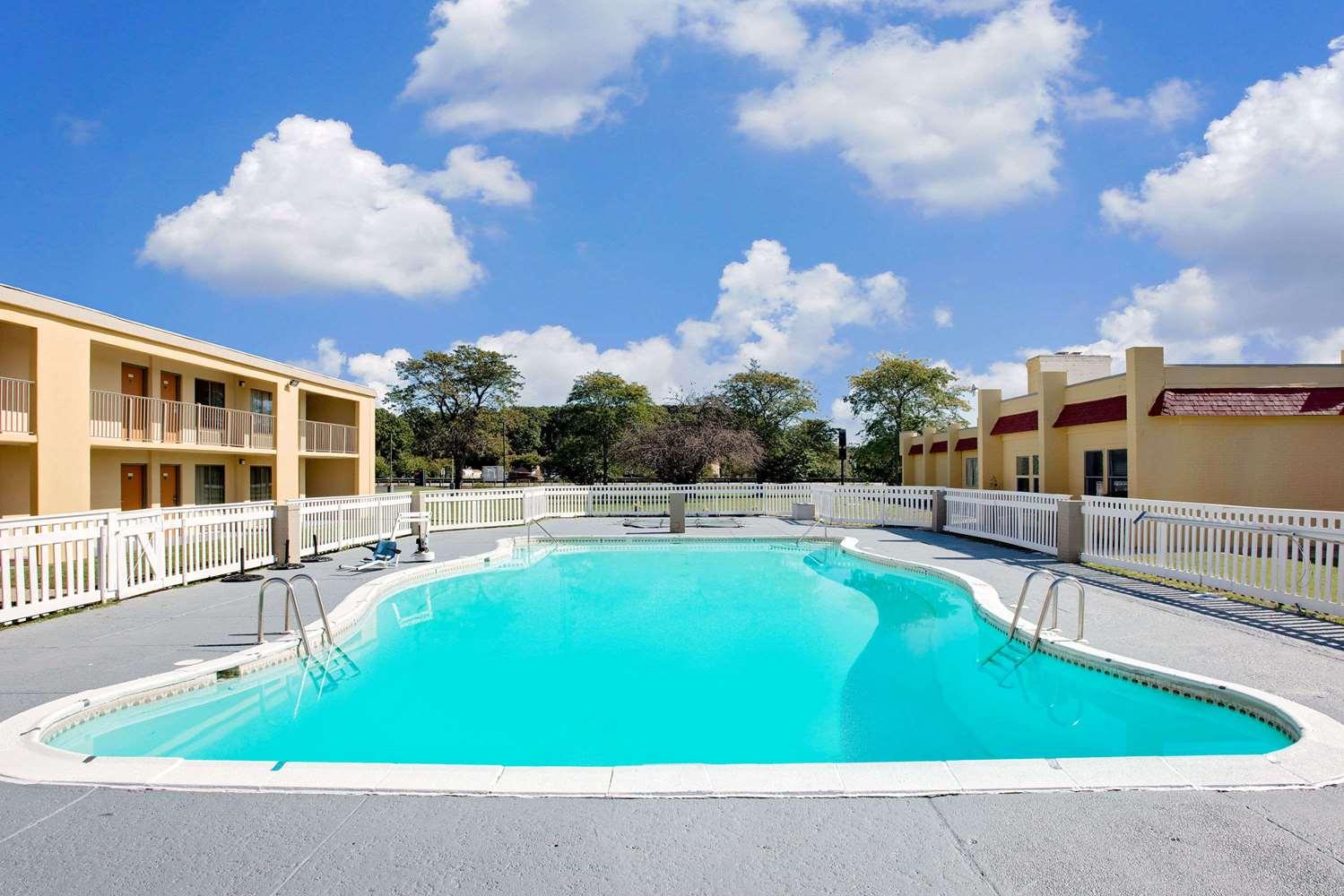 Pool - Days Inn Easton