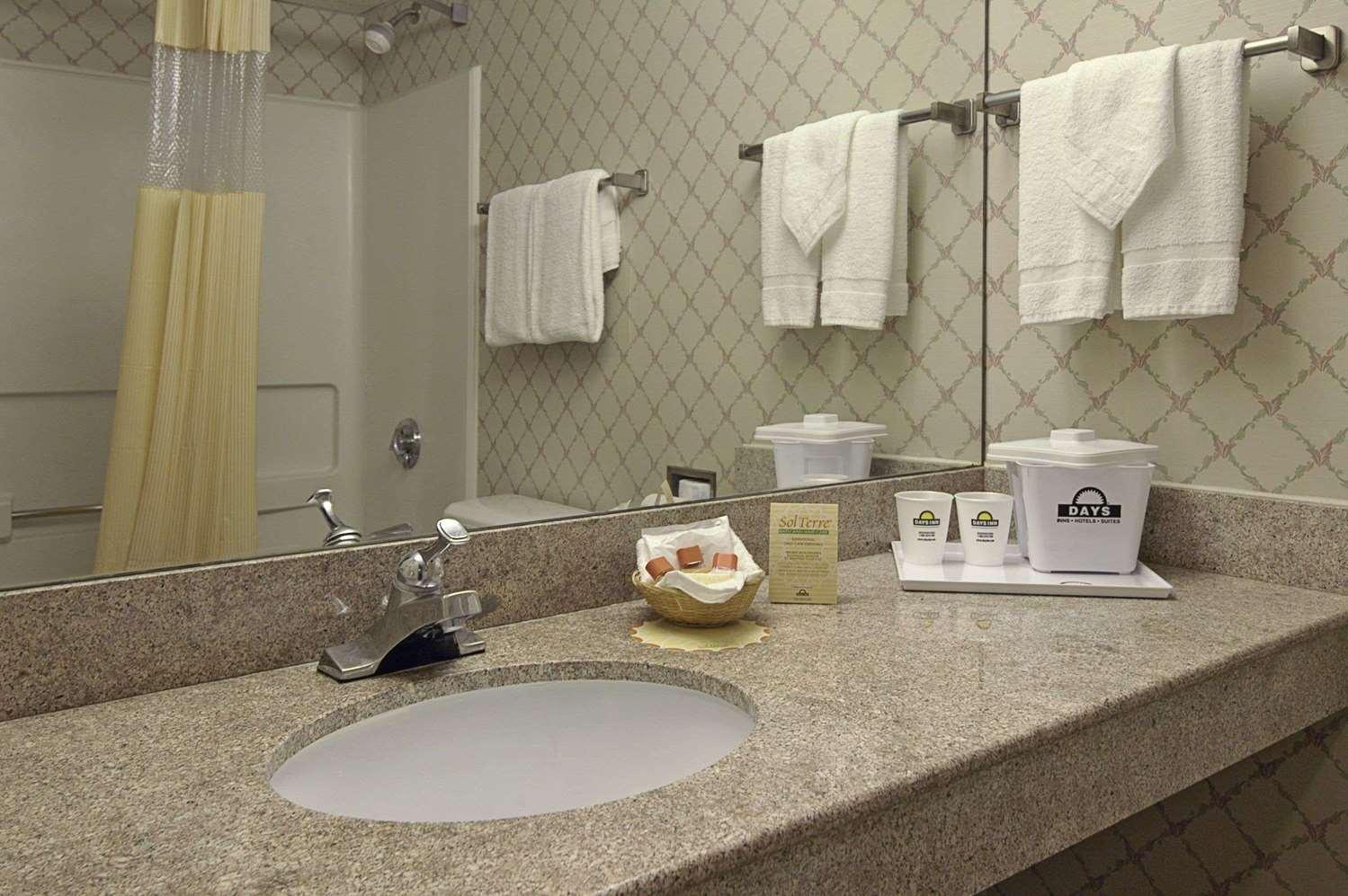 Room - Days Inn Oyster Point Newport News