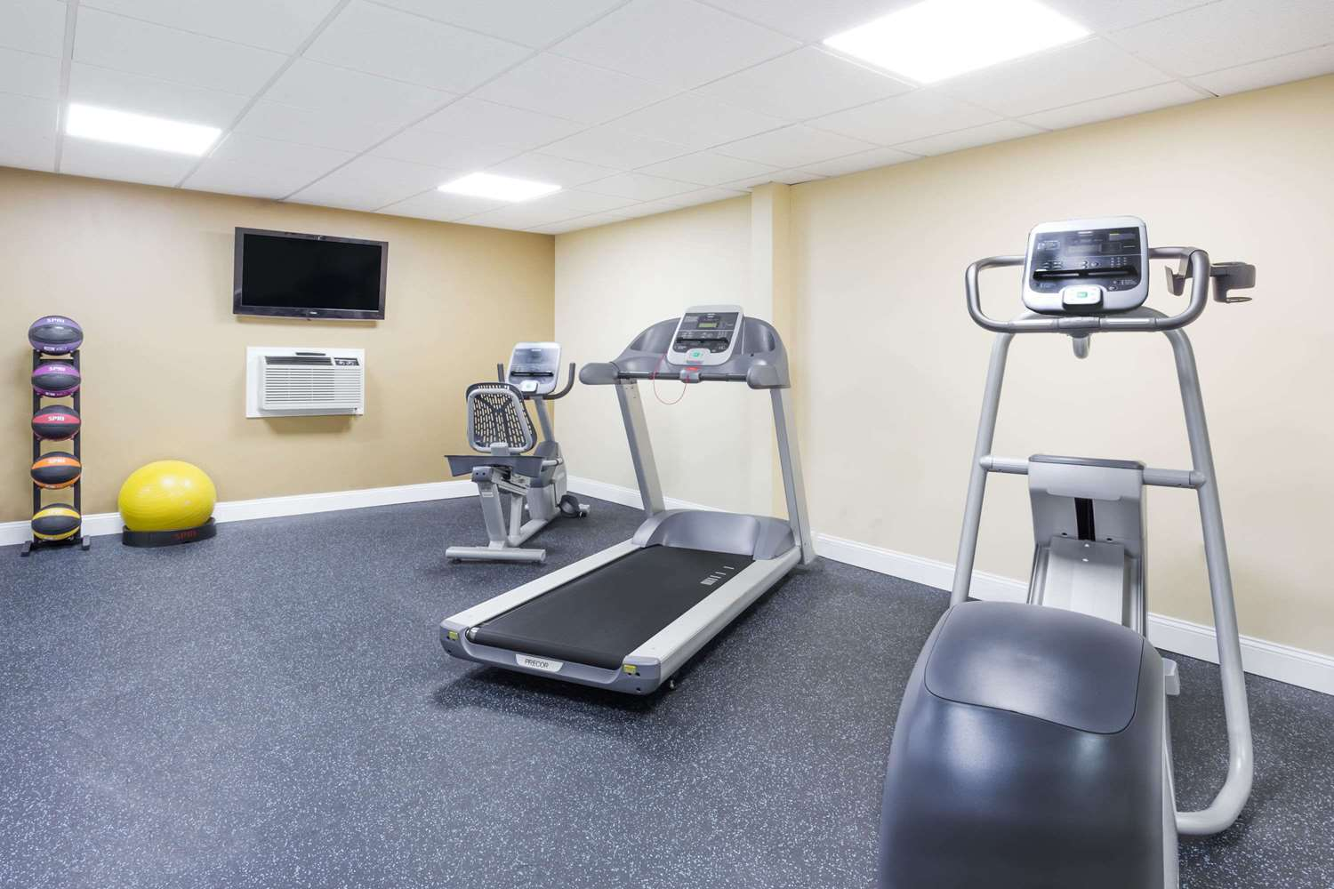 Fitness/ Exercise Room - Days Inn White Hills Road Staunton