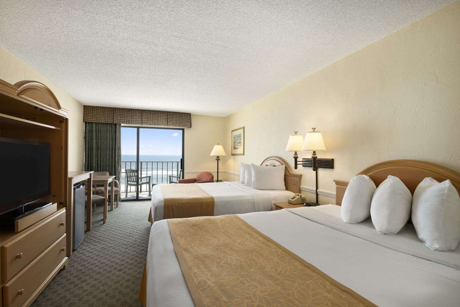 Room - Days Inn Oceanfront Daytona Beach Shores