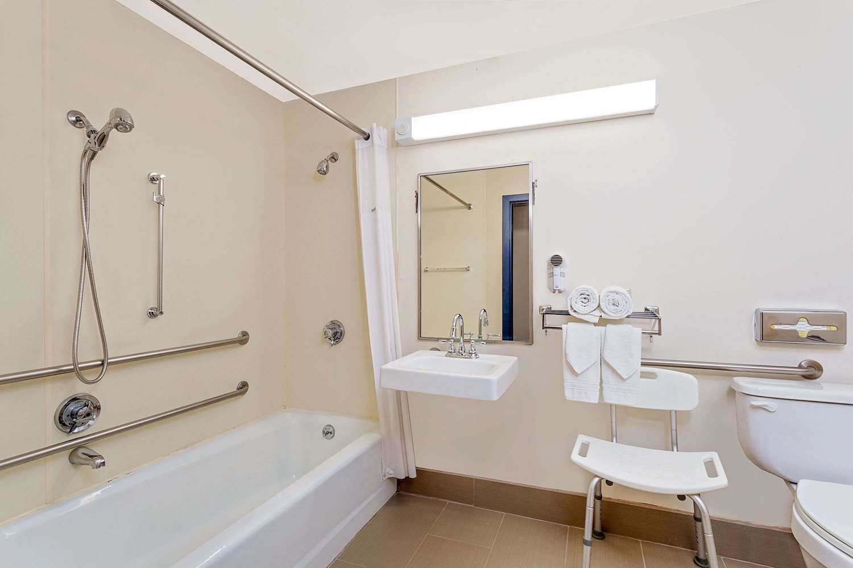Room - Days Inn Shrewsbury