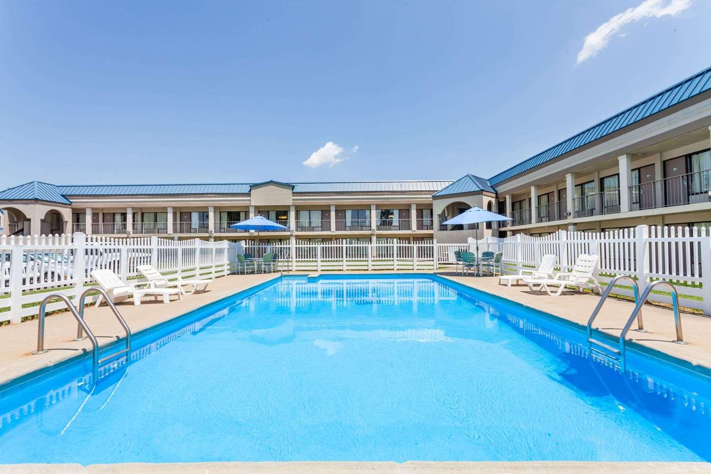 Pool - Days Inn Owensboro