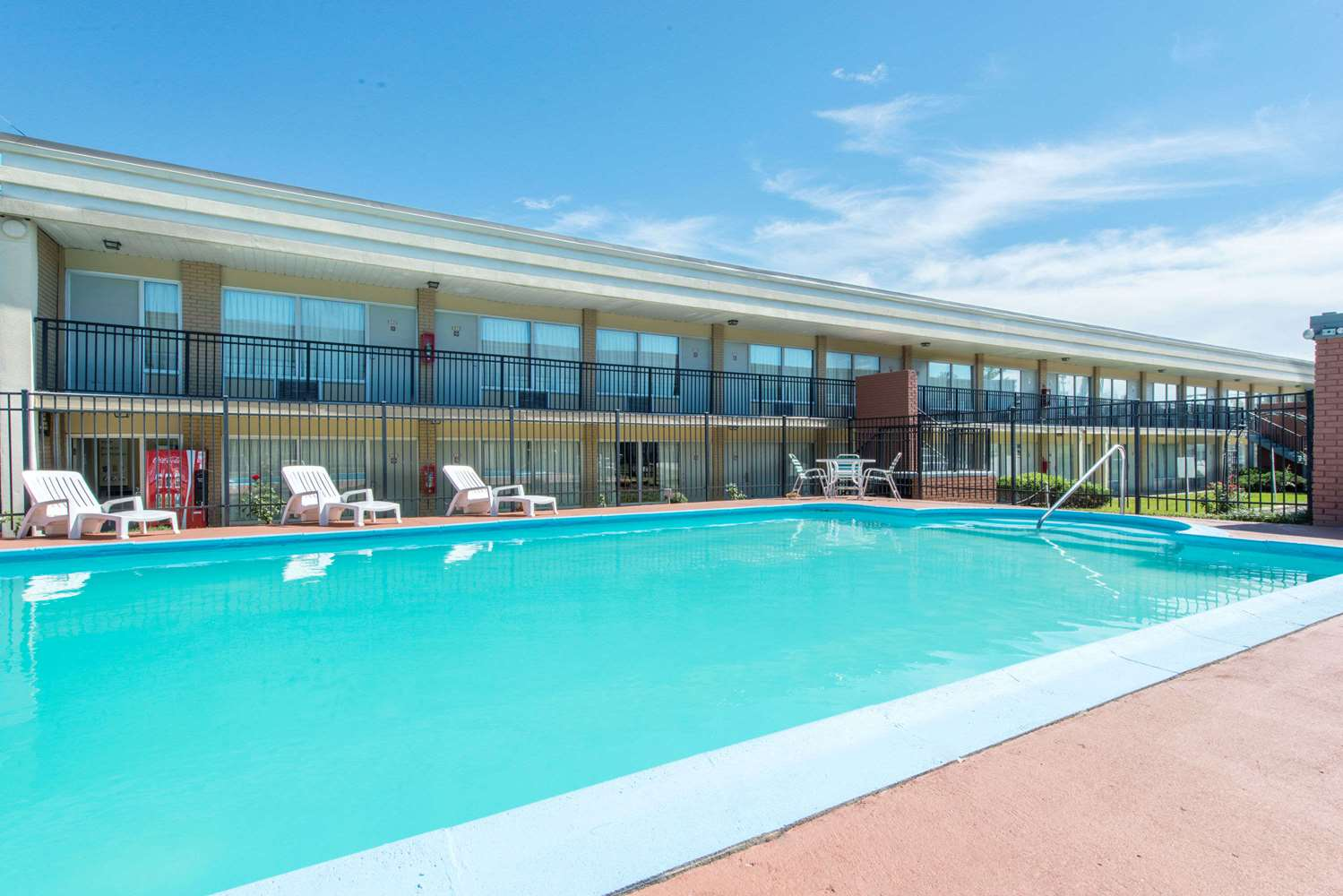 Pool - Days Inn Frankfort