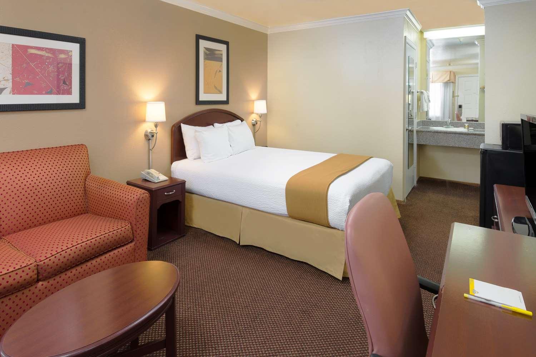Room - Days Inn Pinole