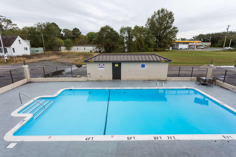 Pool - Days Inn Salisbury