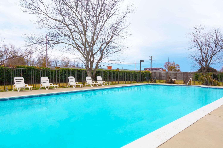 Pool - Days Inn Lafayette