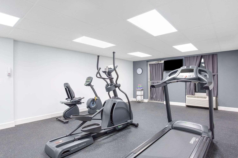 Fitness/ Exercise Room - Days Inn Cambridge