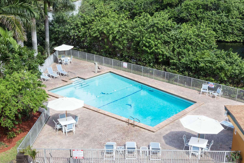Pool - Days Inn Oakland Park