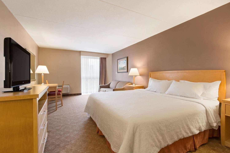 Room - Days Inn near the Falls Niagara Falls