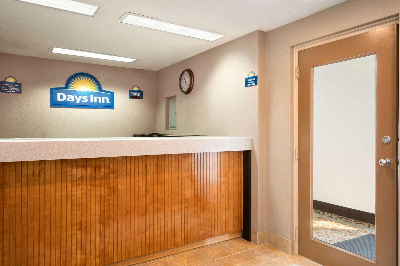 Lobby - Days Inn Willoughby
