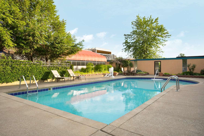 Pool - Days Inn Willoughby