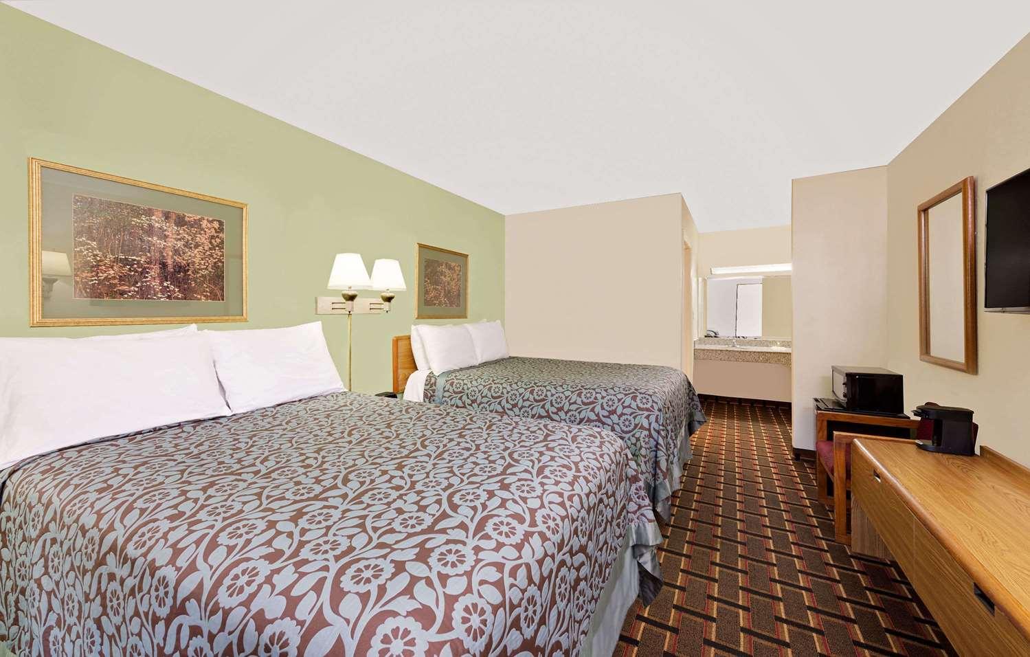 Room - Days Inn Cleveland