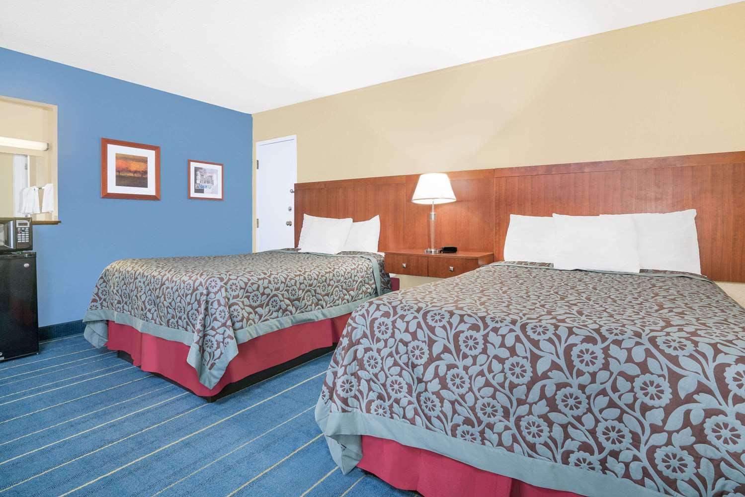 Room - Days Inn Alexandria