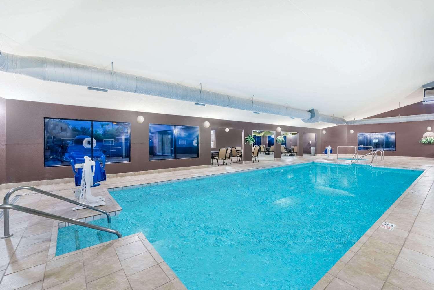 Pool - Days Inn Bismarck