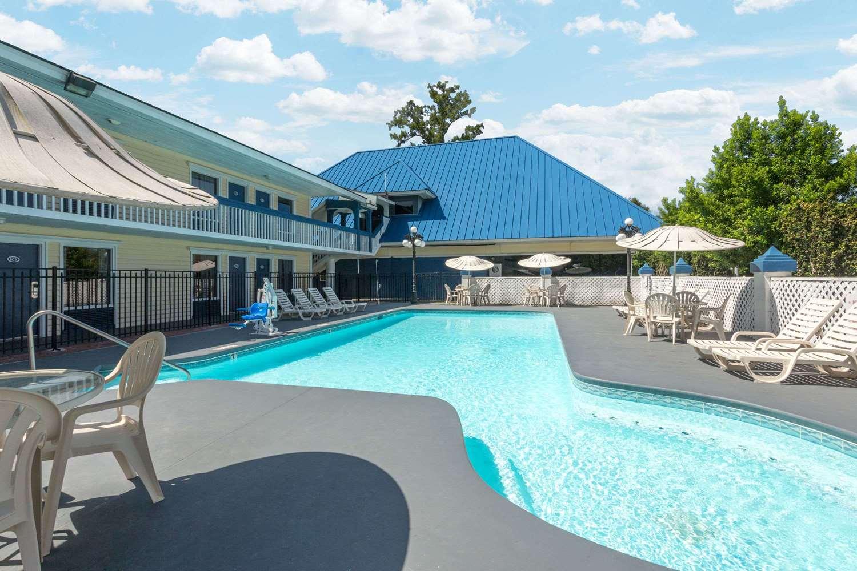 Pool - Days Inn Airport Garden City