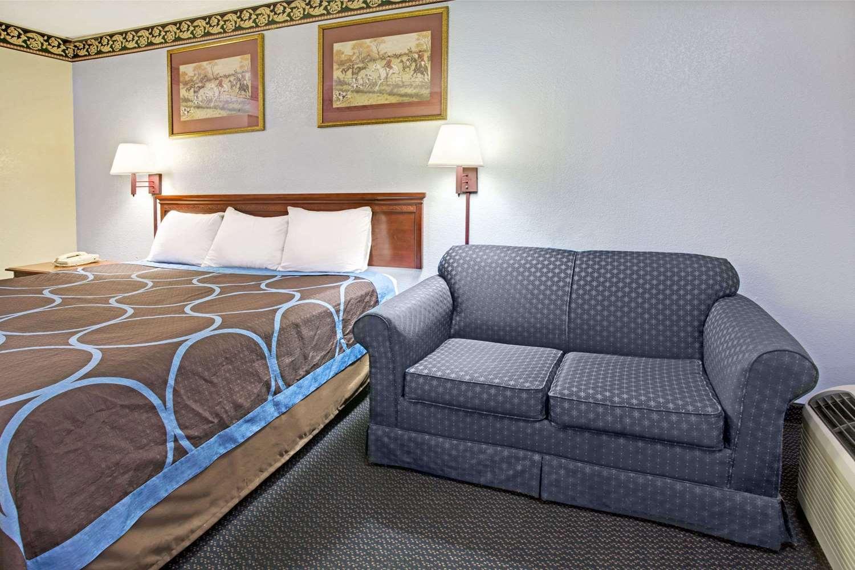 Room - Super 8 Hotel Suwanee