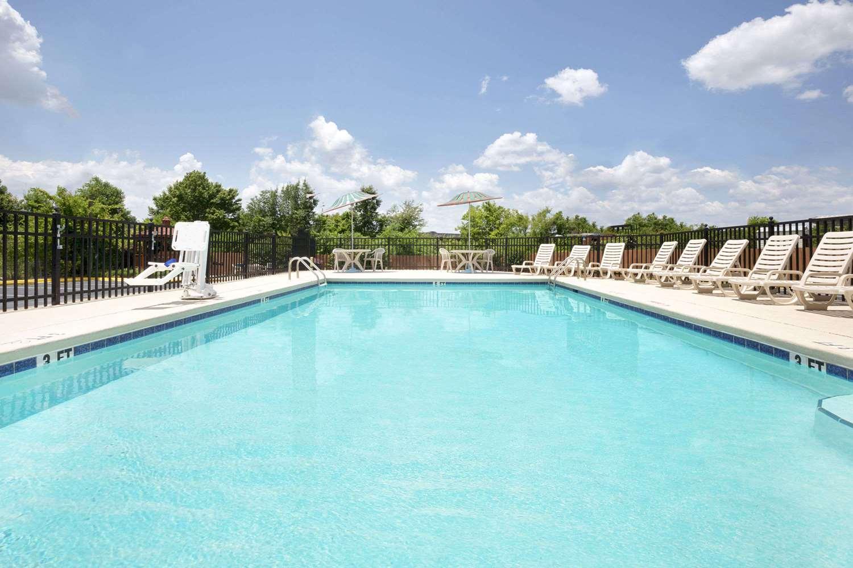 Pool - Days Inn Columbus North