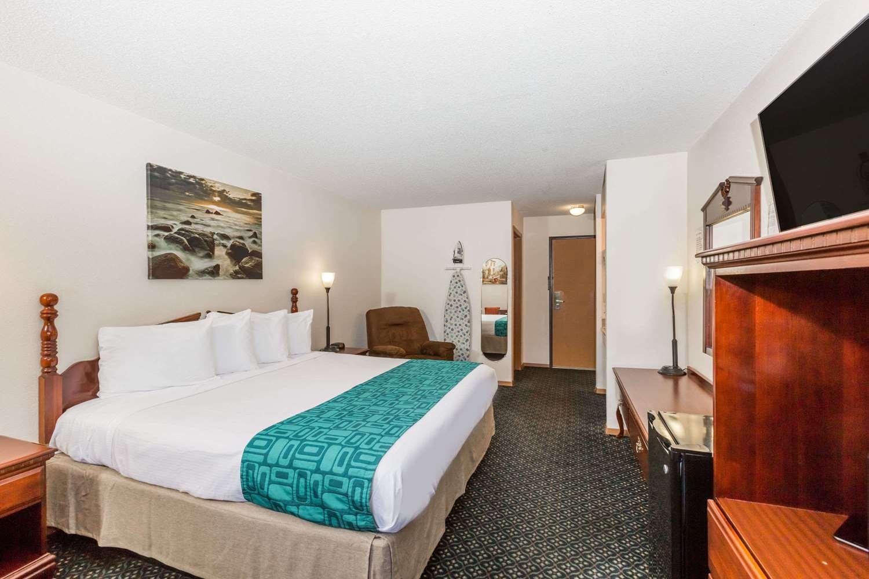 Room - Howard Johnson Express Inn Airport Wichita
