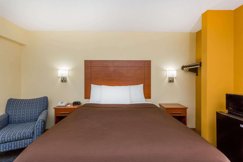 Room - Howard Johnson Express Inn Spartanburg