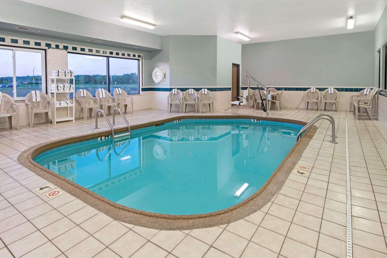 Pool - Days Inn Collinsville