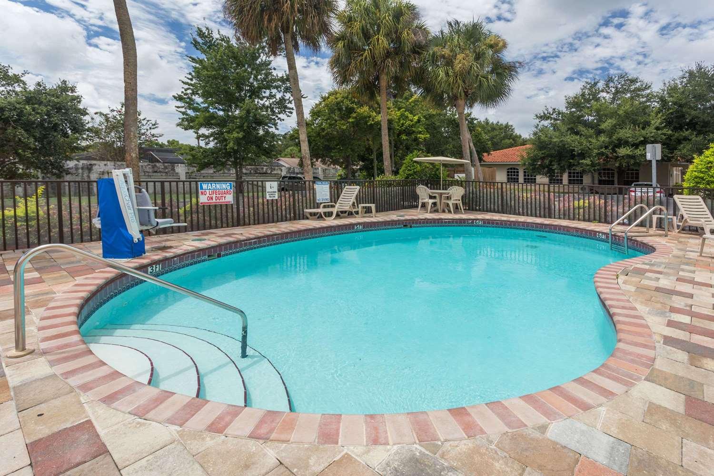 Pool - Days Inn I-75 Sarasota