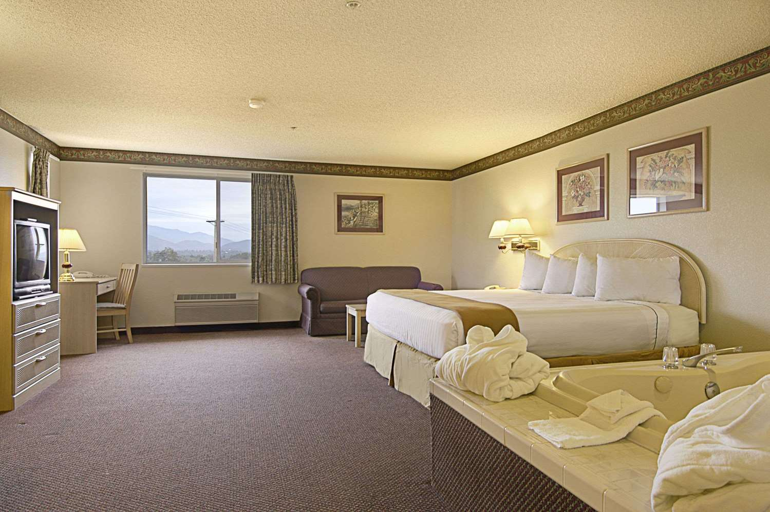 Suite - Ramada Limited Hotel Redding