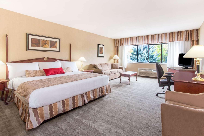 Room - Ramada Hotel Kelowna