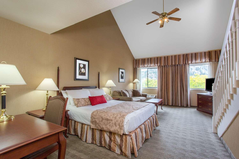 Suite - Ramada Hotel Kelowna