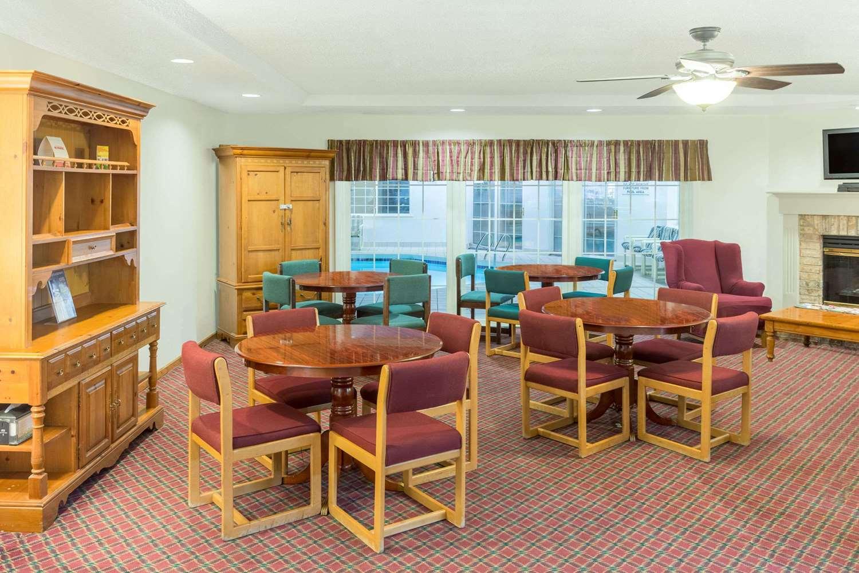 Lobby - Super 8 Hotel Reedsburg