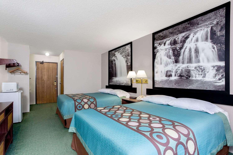 Room - Super 8 Hotel Reedsburg