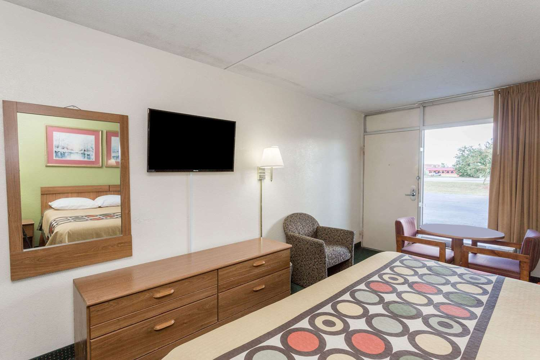 Room - Super 8 Hotel Tifton