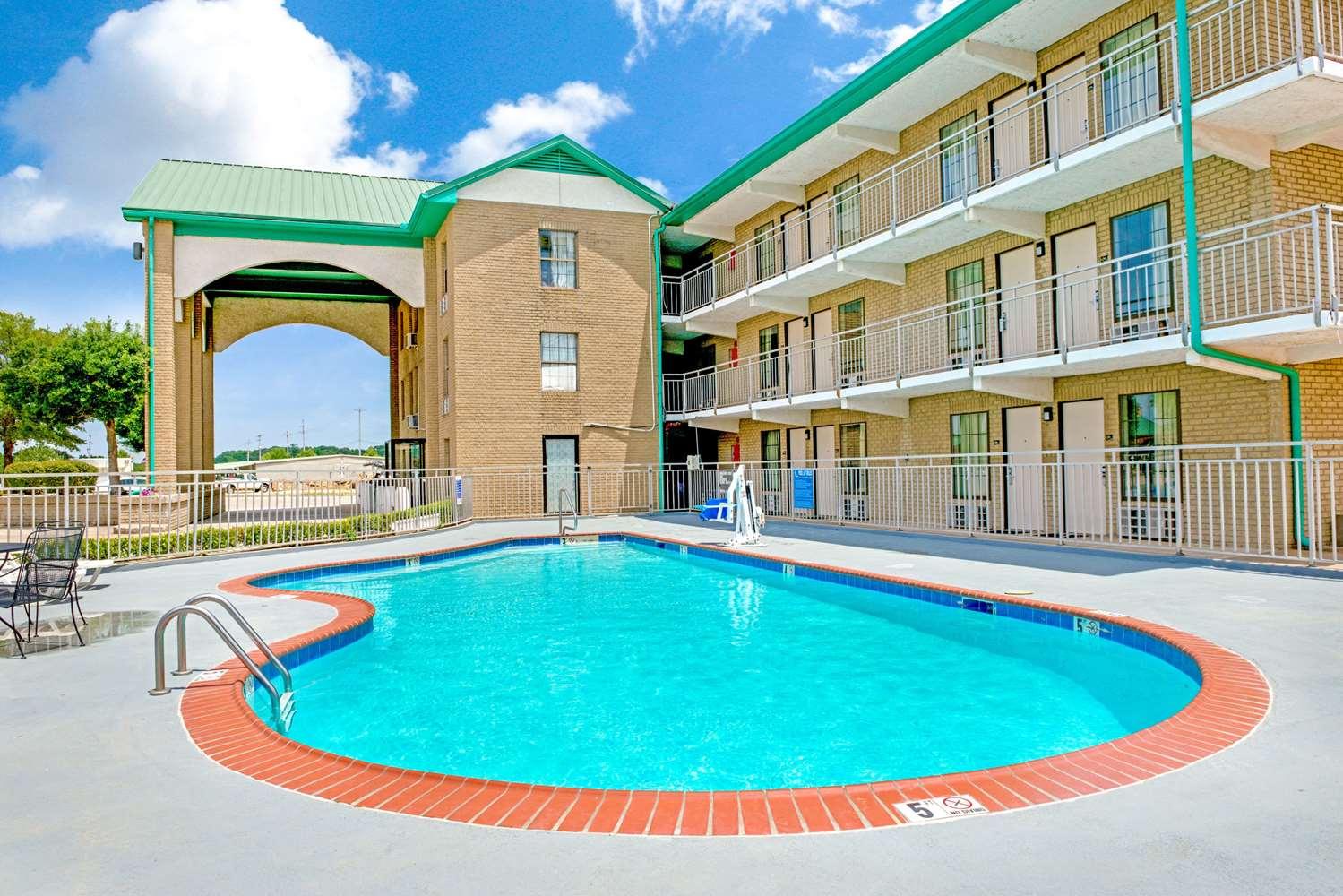 Pool - Super 8 Hotel Lakeland