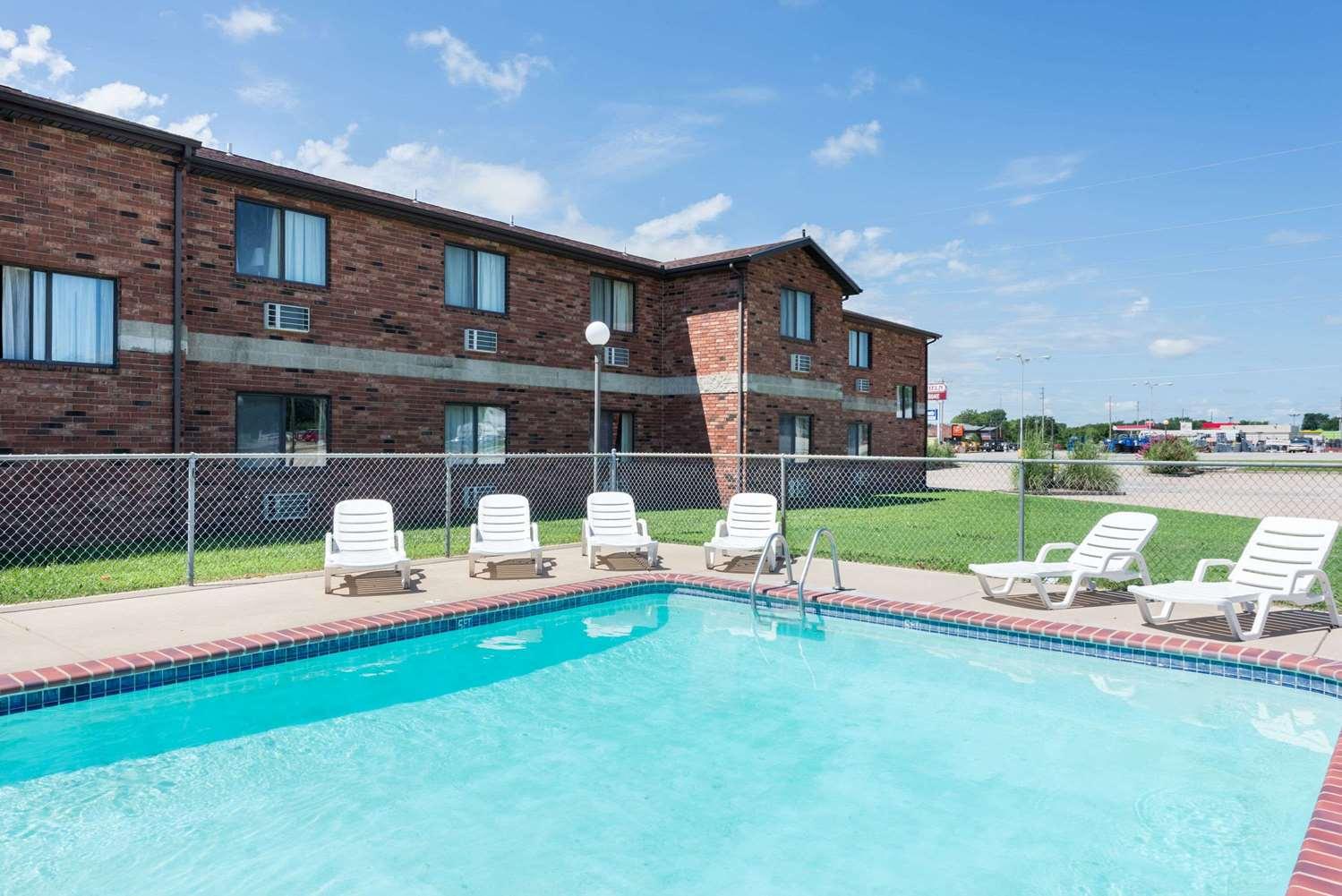 Pool - Super 8 Hotel Independence